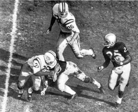 Washington halfback George Fleming carrying the ball in the 1961 Rose Bowl