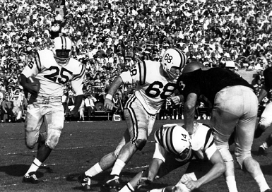 Minnesota carrying the ball against Washington in the 1961 Rose Bowl