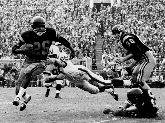 USC running back Willie Brown carrying the ball against Wisconsin in the 1963 Rose Bowl